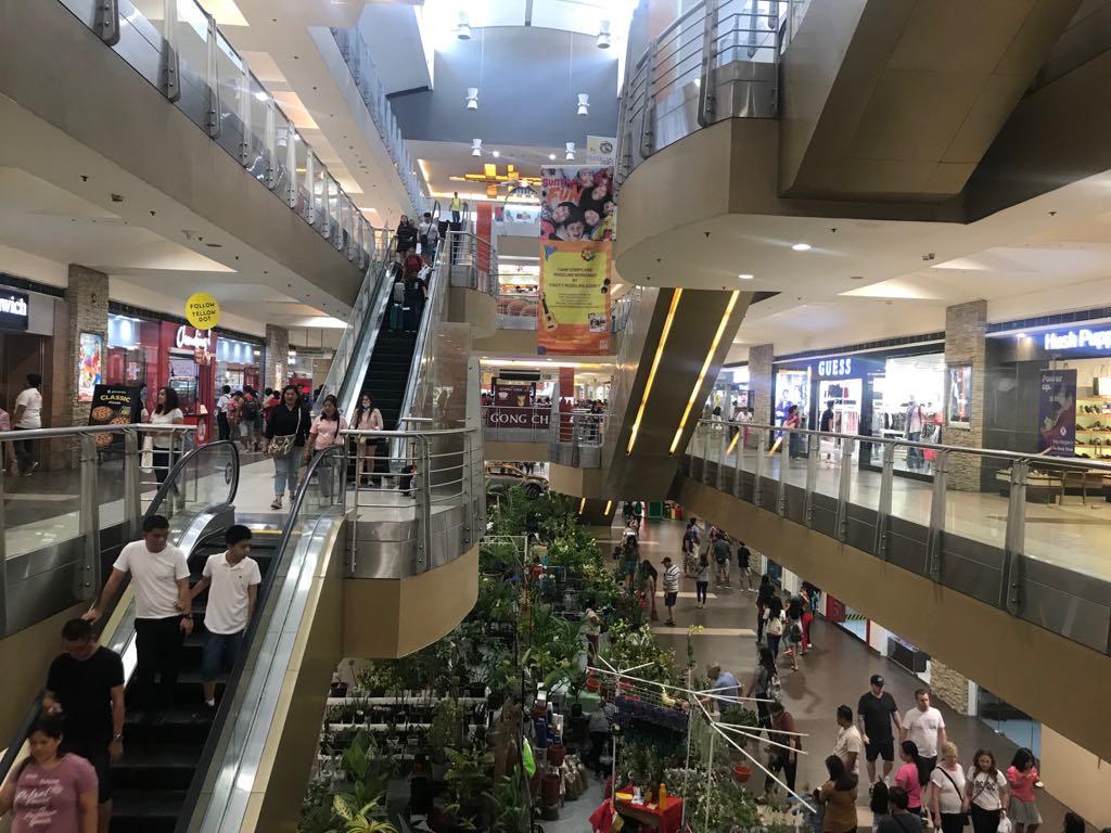 アヤラモールは地下1階から地上4階まで、吹き抜けで開放感のある本館と、世界各国のレストランやカフェを中心とした新館(ザ・テラス)からなっています。