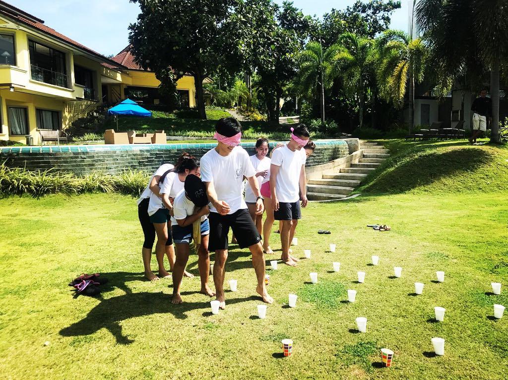 目隠ししてのスイカ割りの要領で、各チームの先頭の人間が目を隠した状態で、他メンバーの指示を頼りに踏んではいけない地雷(コップ)を避けながら、目的地にたどり着くゲーム。